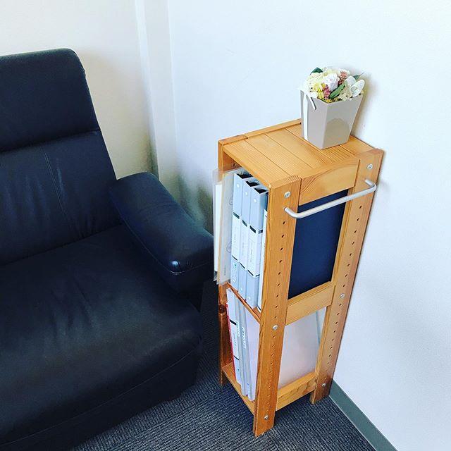 応接室にサンプル用の棚を置きました。お客様に手に取ってもらいやすい位置に置いたら、見て見て!という圧がすごいですが(笑)実際の印刷サンプルを見ながら、色々お話しましょう〜。 #印刷サンプル